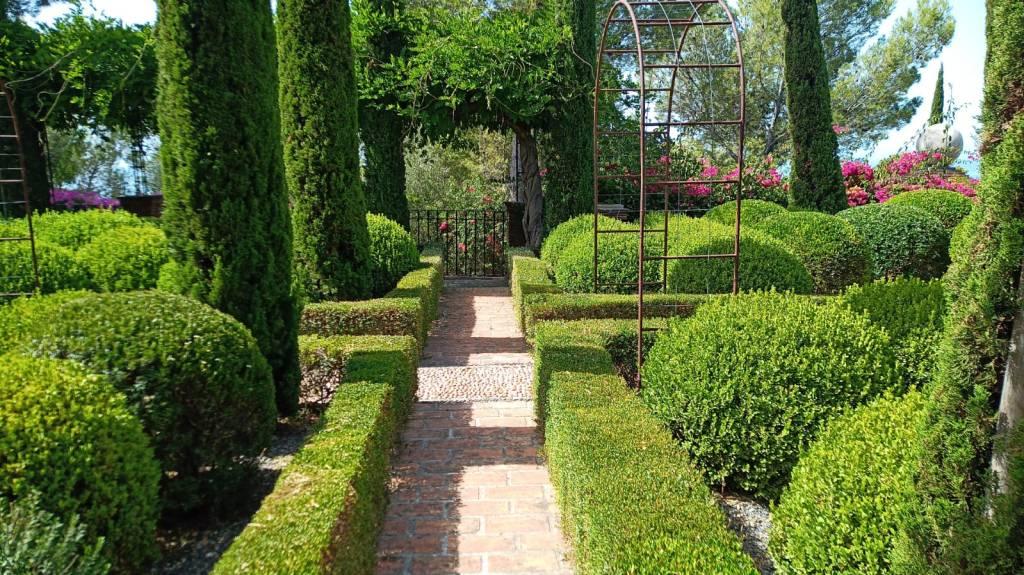 jardinero marbella comunidades lujo villa. Mantenimiento de jardines y riegos automáticos . Mantenimiento de piscinas